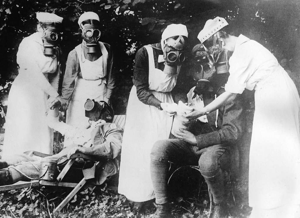 Nurses treating gas attacked German soldiers
